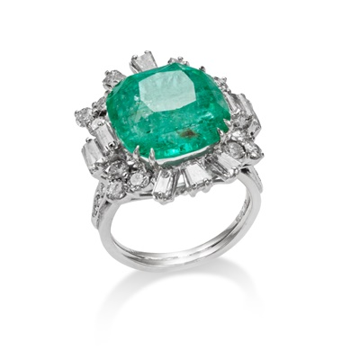 Lot 62 - An emerald and diamond cluster ring