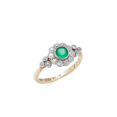 Lot 71 - An emerald and diamond set cluster ring