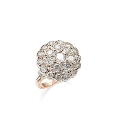 Lot 61 - A diamond set cluster ring