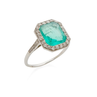 Lot 67 - An emerald and diamond set cluster ring