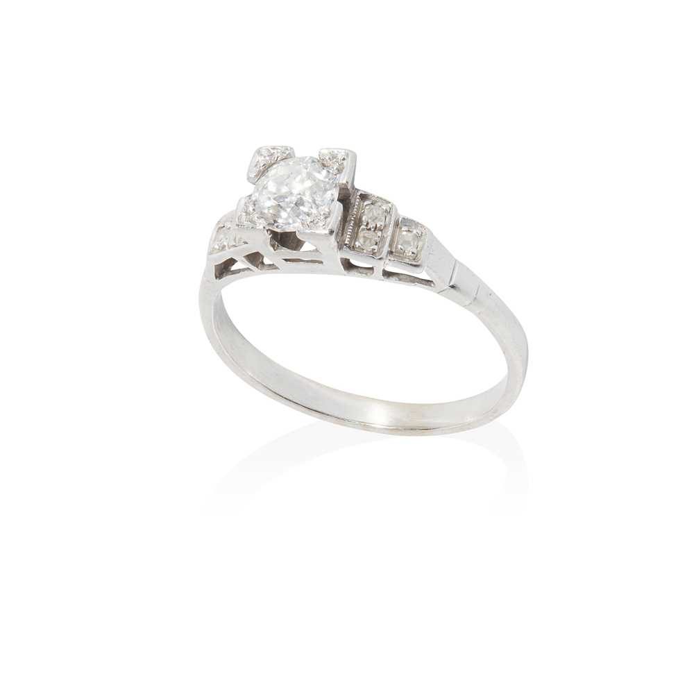 Lot 77 - A single stone diamond ring