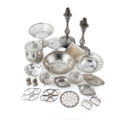 Lot 406 - A collection of various items of silver