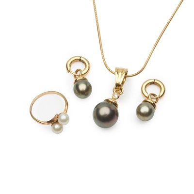 Lot 181 - A Tahitian pearl and diamond pendant and matching earrings