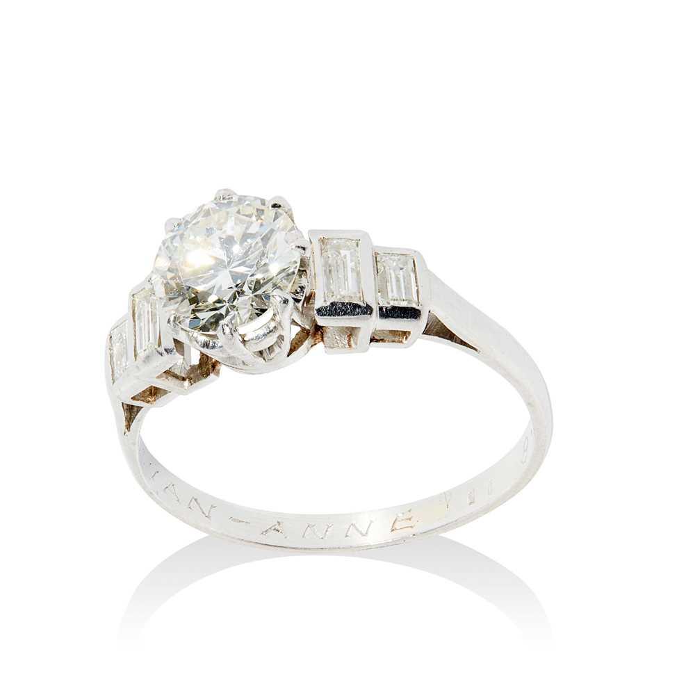 Lot 18 - A single stone diamond ring