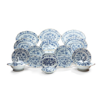 Lot 529 - EXTENSIVE BLUE AND WHITE MEISSEN 'ONION' PATTERN DINNER SERVICE