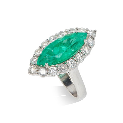 Lot 64 - An emerald and diamond cluster ring