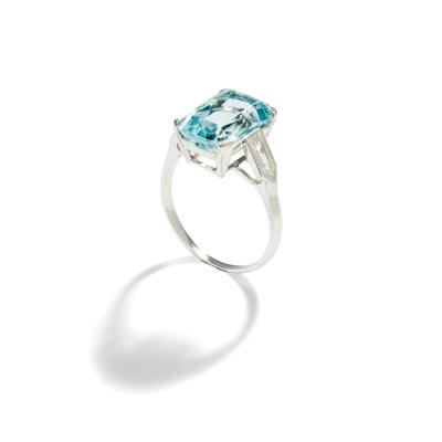 Lot 100 - An aquamarine and diamond ring
