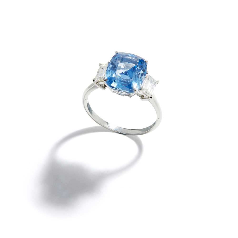 Lot 47 - A sapphire and diamond ring