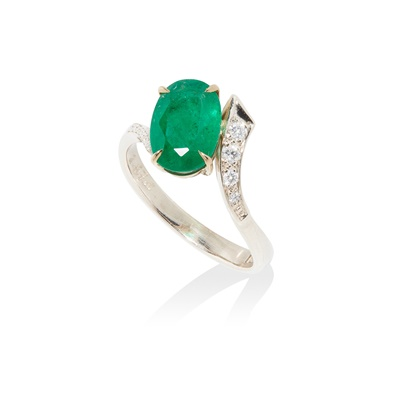 Lot 66 - An emerald and diamond ring