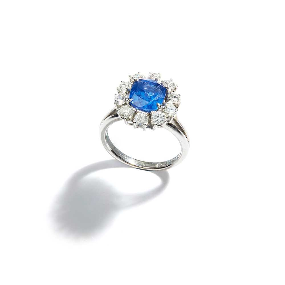 Lot 49 - A sapphire and diamond cluster ring