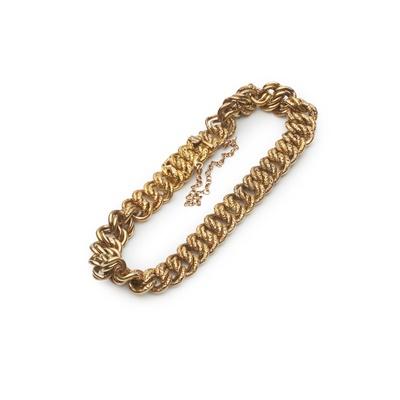 Lot 152 - A curb link bracelet