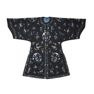 Lot 18 - BLACK-GROUND SILK EMBROIDERED LADY'S OVERCOAT