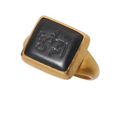 Lot 110 - An onyx intaglio ring
