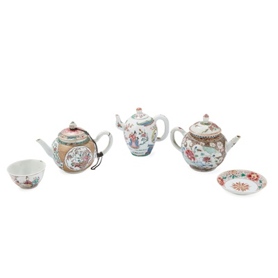Lot 123 - (A PRIVATE ENGLISH COLLECTION, LOT 117-125) GROUP OF FIVE FAMILLE ROSE WARES