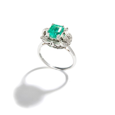 Lot 55 - An emerald and diamond ring