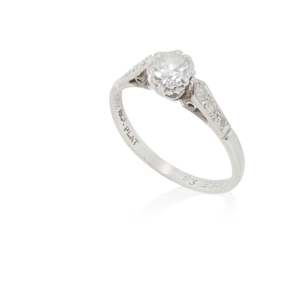 Lot 21 - A single stone diamond ring