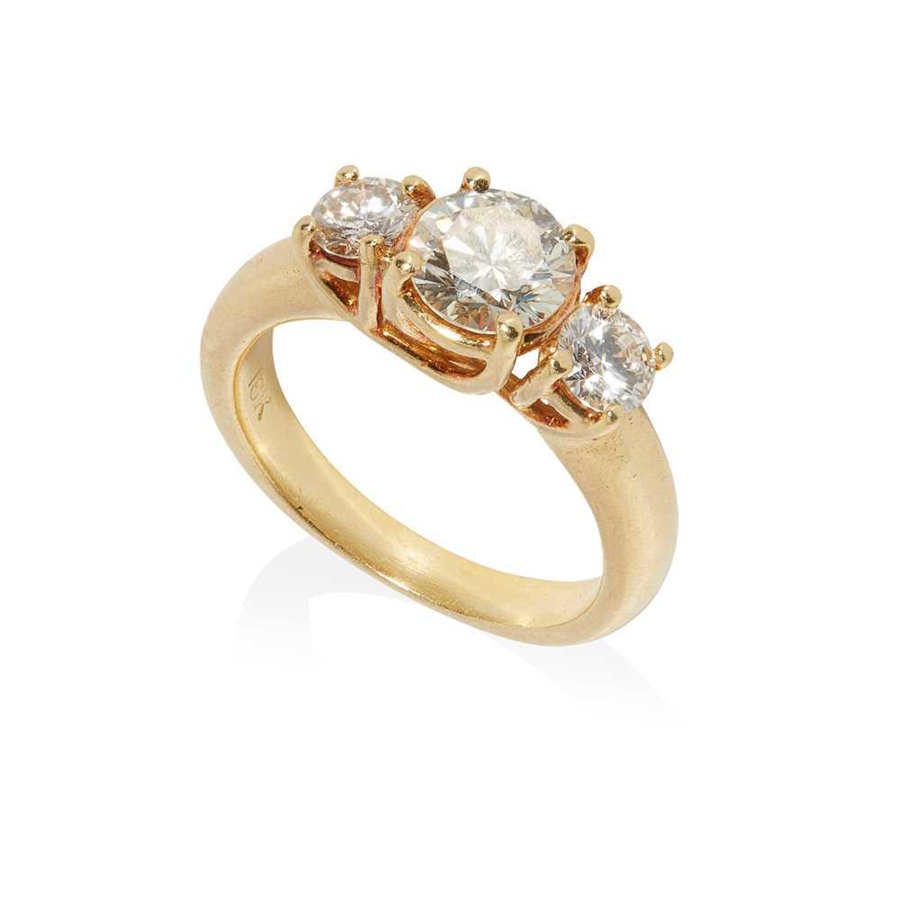 Lot 39 - A three-stone diamond ring