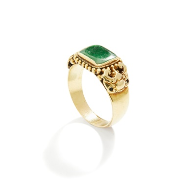 Lot 17 - A late 19th century Chinese jadeite jade ring