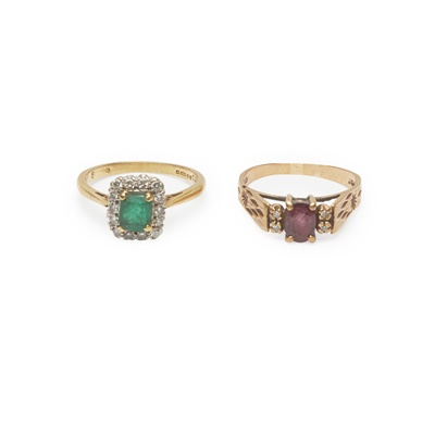 Lot 165 - An emerald and diamond cluster ring