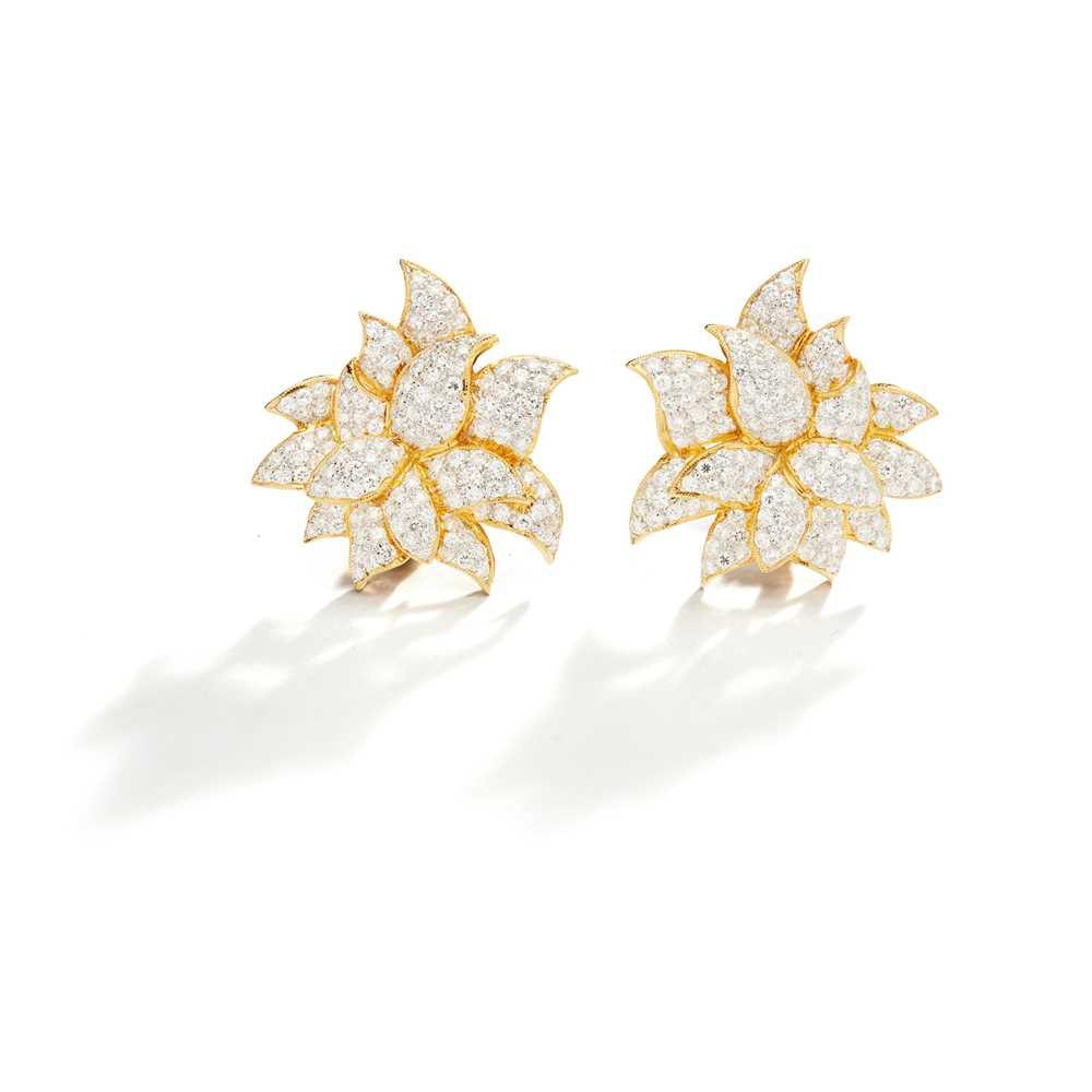 Lot 43 - A pair of diamond earrings