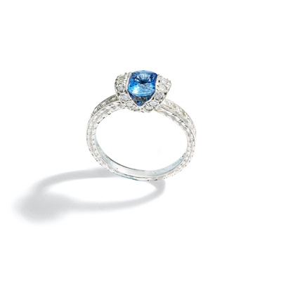 Lot 97 - A sapphire and diamond ring