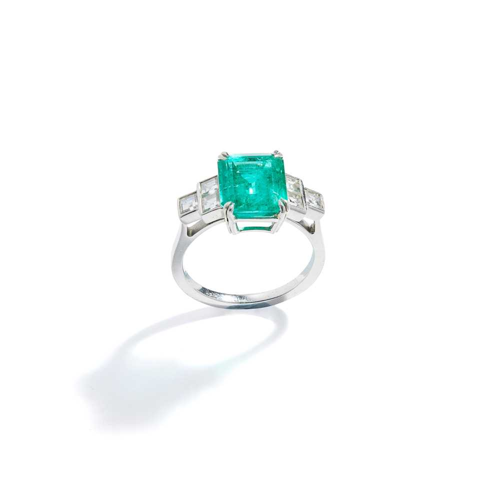 Lot 30 - An emerald and diamond ring