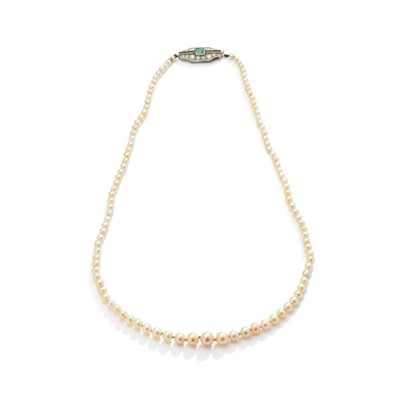 Lot 5 - A pearl necklace