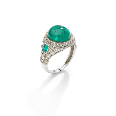 Lot 7 - An early 20th century emerald and diamond ring