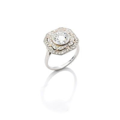 Lot 25 - An Art Deco diamond cluster ring