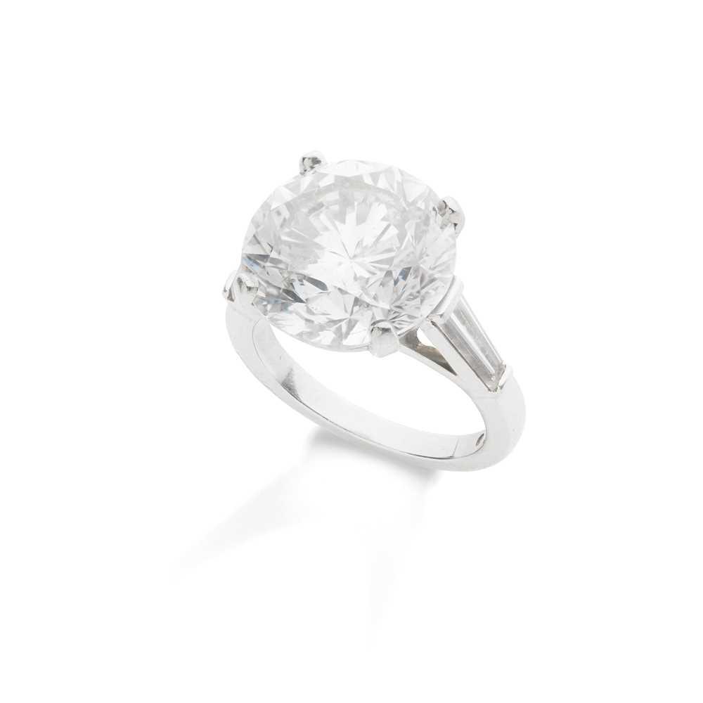 Lot 114 - A diamond single-stone ring